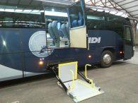 ¿Cuántas plazas para Personas con Movilidad Reducida (PMR) tienen los autobuses y microbuses adaptados de Travidi?