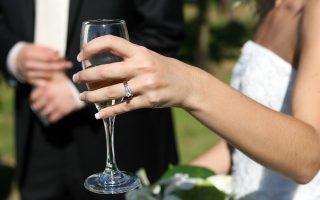Alcohol, sueño, coche y boda: una mezcla que no interesa, mejor traslada a tus invitados en autobús